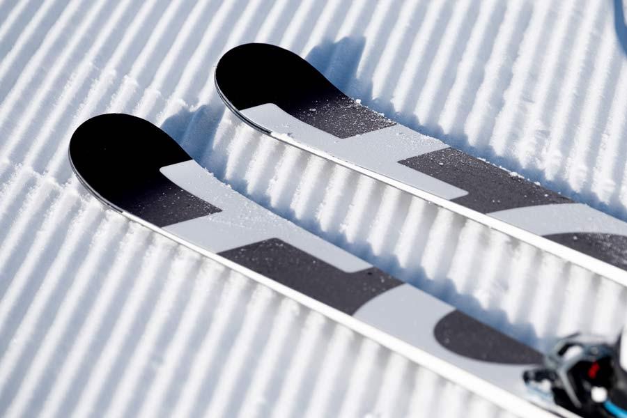 Bedruckte Ski auf der Piste