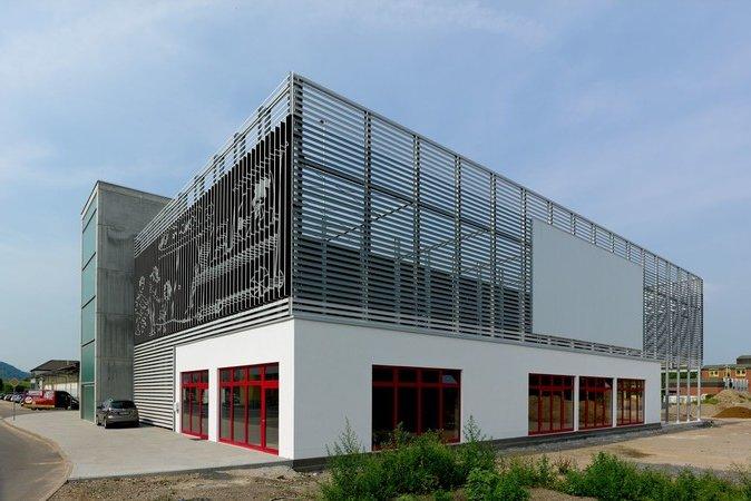lisenenfassade mit individuellem siebdruck parkhaus kroschke bahnhof bruchsal