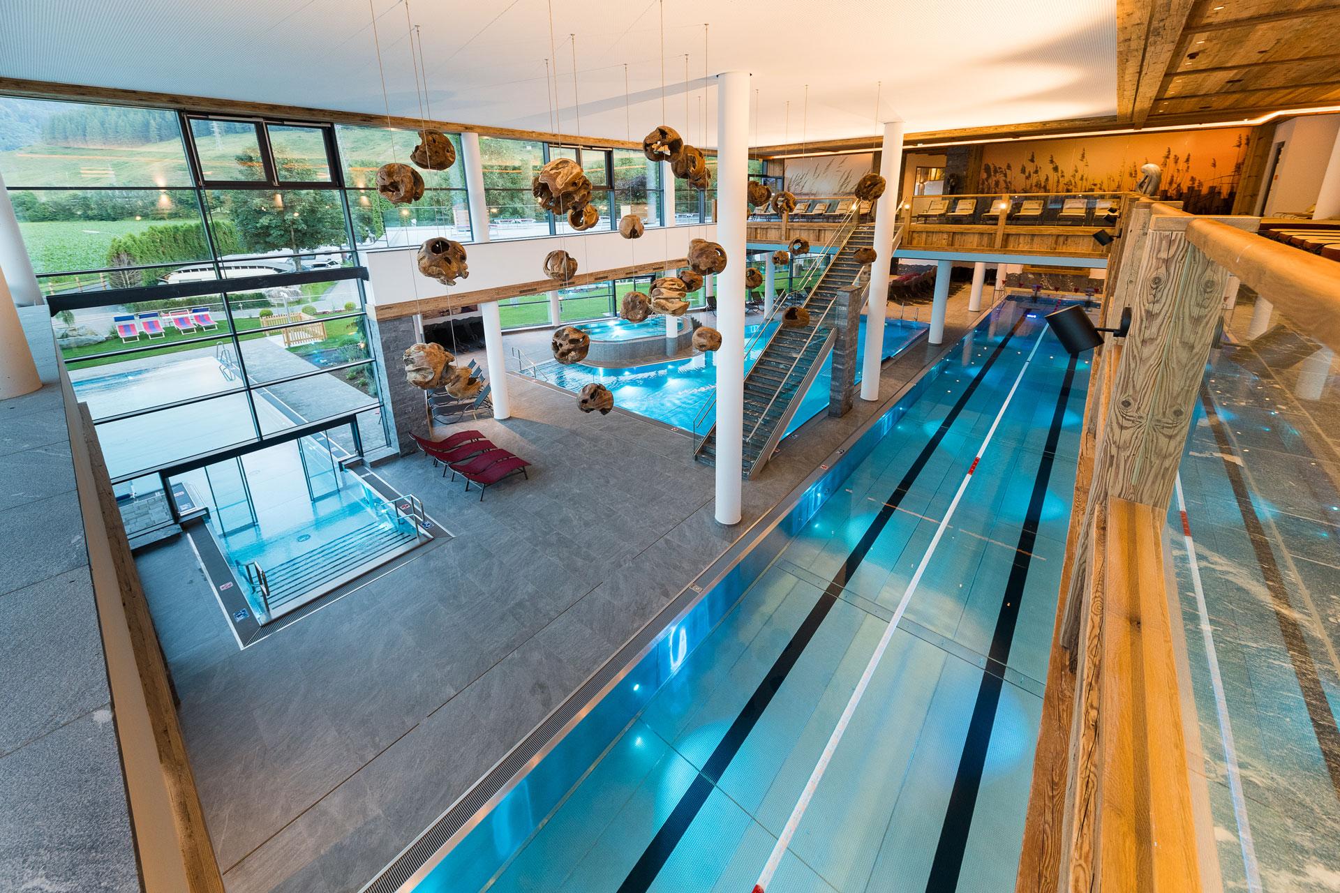 Schwimmbad mit bedruckter Bildwand