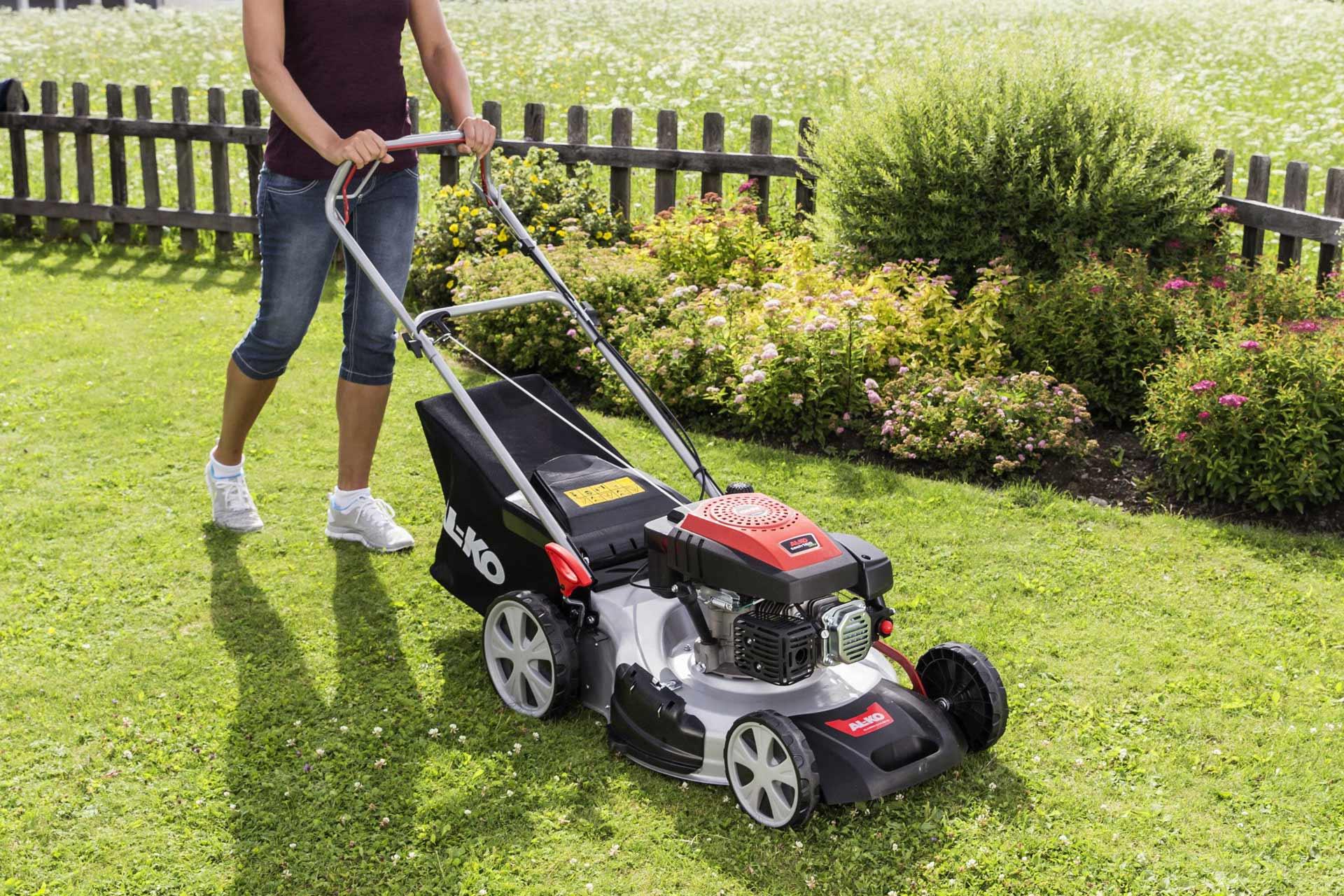 Sicherheitsaufkleber auf Rasenmäher