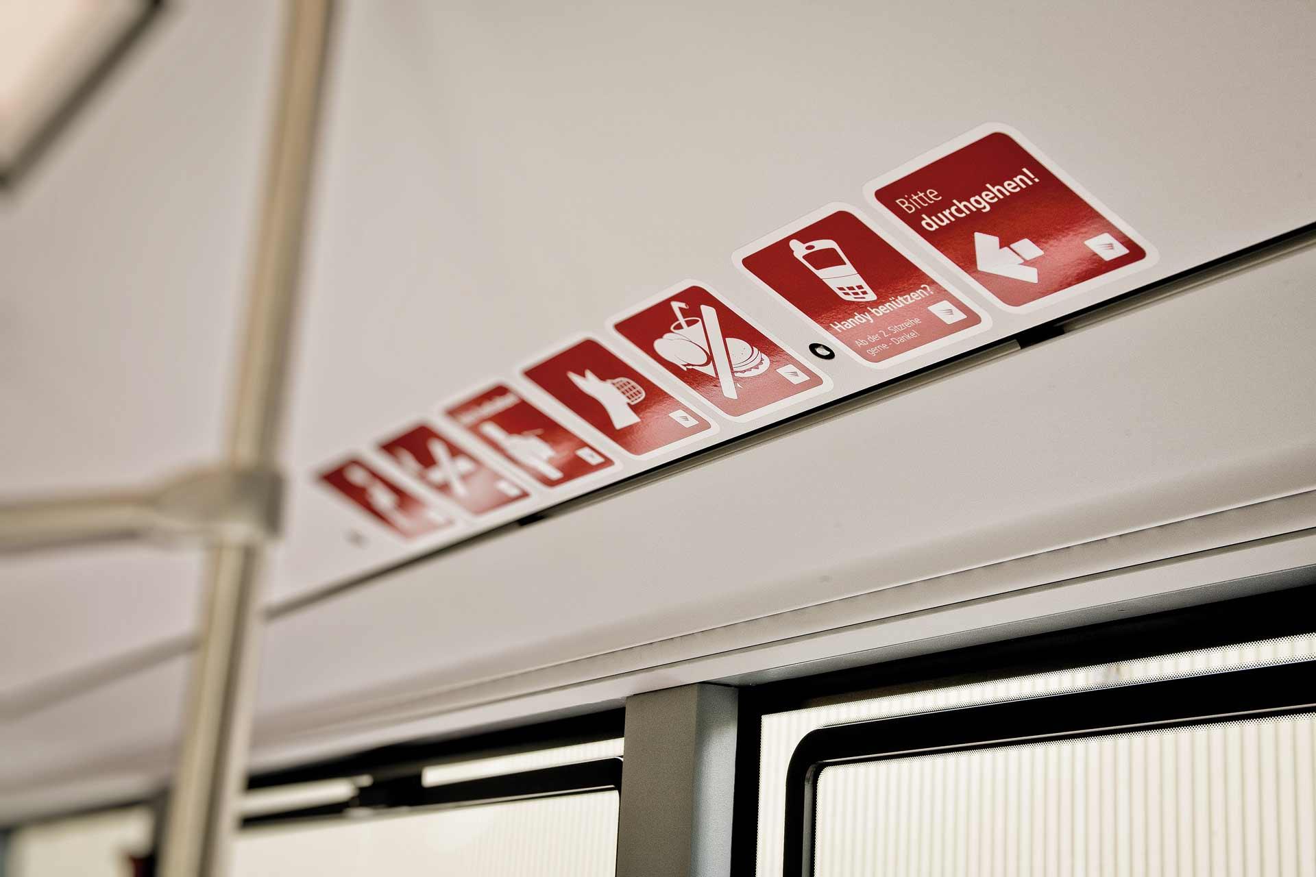 Aufkleber in öffentlichen Verkehrsmitteln