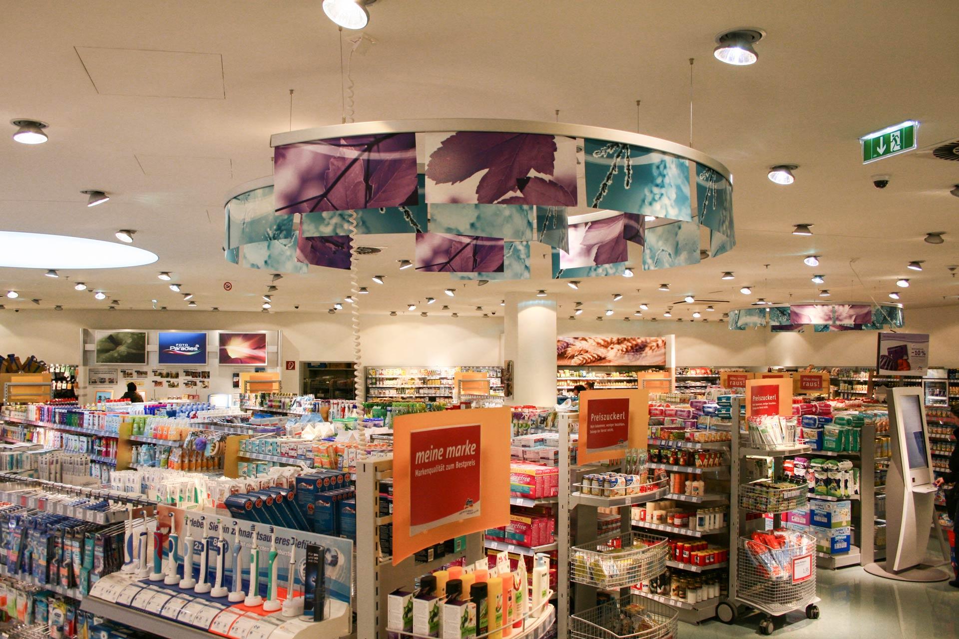 Deckenhänger in Drogerie Markt