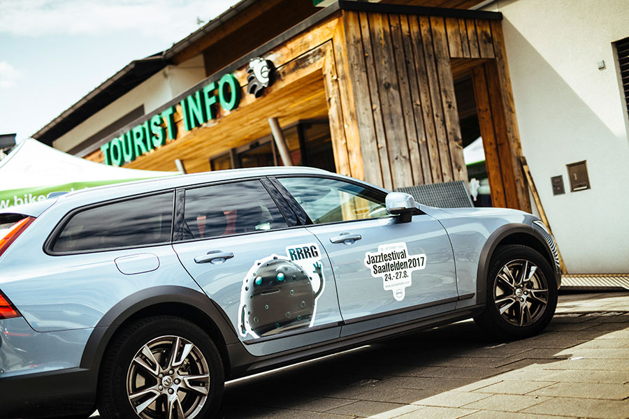 Beklebtes Auto mit Jazz Festival Logo